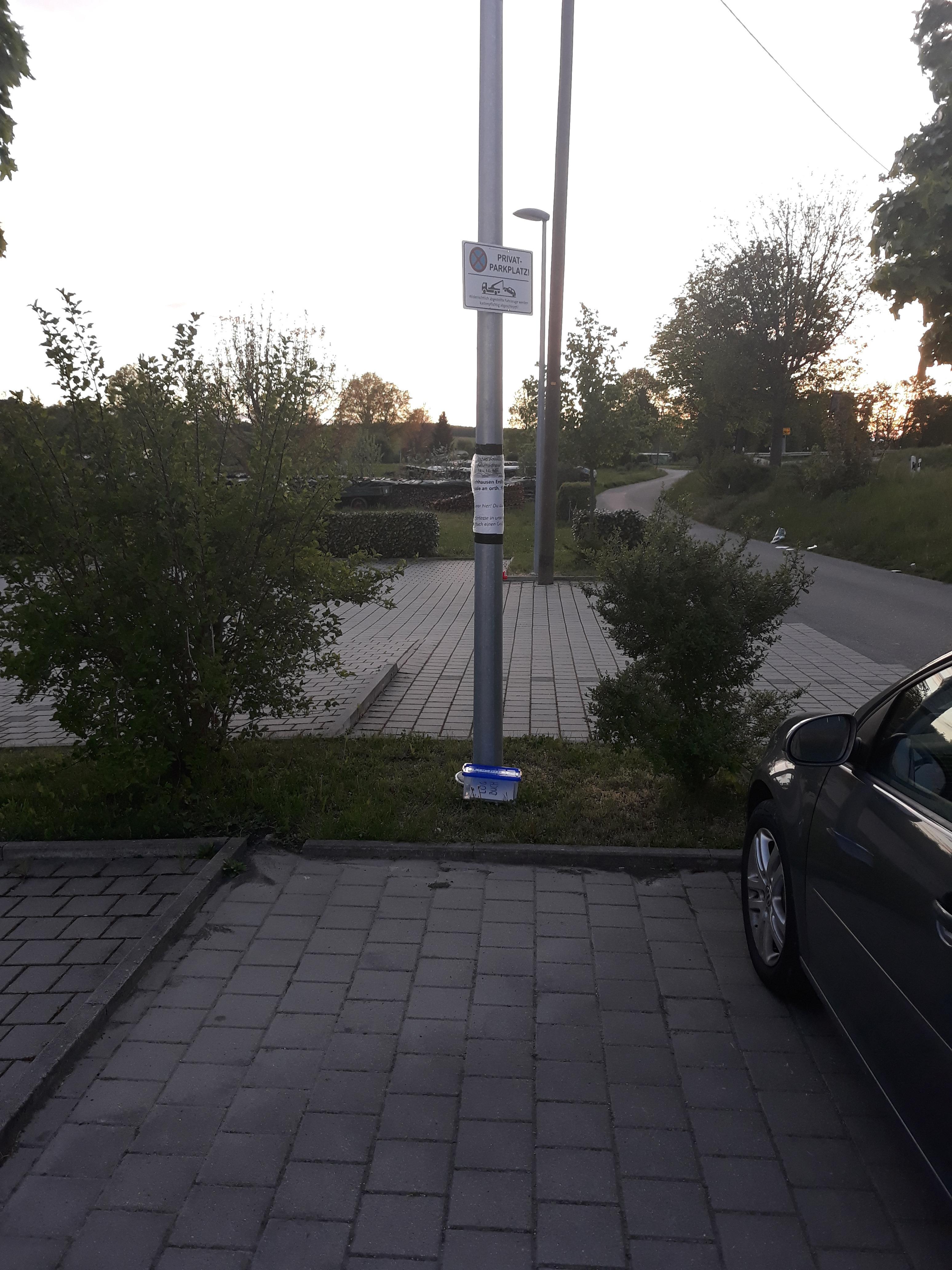 Kirchhausen-Parkplatz-orth-Kirche